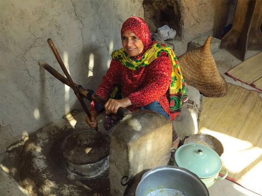 Korn mahlen mit einer Steinmühle