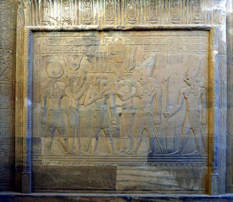 König Ptolemaios im Schutz der Götter, die ihm das lange Leben schenken (Anch).