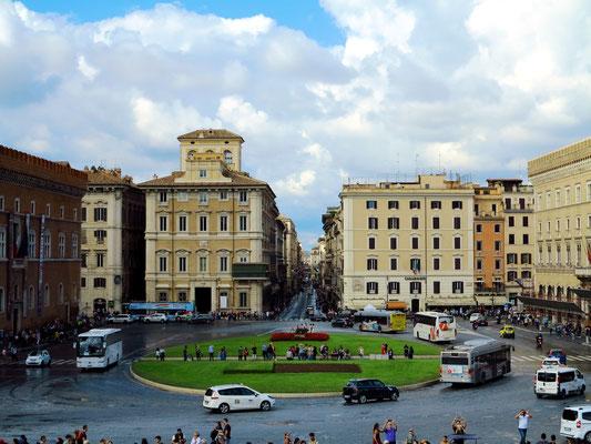 Blick vom Nationalmonument nach NNW zur Piazza Venezia und in die Via del Corso