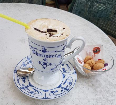 """Ein """"Pharisäer"""" ist ein alkoholisches Heißgetränk aus gesüßtem Kaffee, braunem Rum (etwa 4 cl) und einer Haube aus Schlagsahne, das traditionell in einer Tasse serviert wird. (Eiscafé Pinocchio am Markt)"""