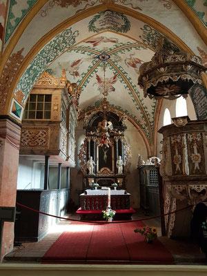 Altarraum mit Kanzel, evangelischem Beichtstuhl, Taufengel und Patronatsloge