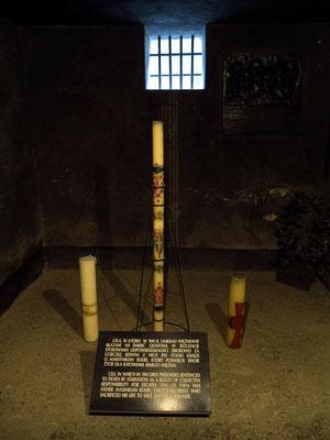 Kerze in der Todeszelle Maximilian Kolbes, ein Geschenk von Papst Johannes Paul II. Kolbe war ein polnischer Franziskaner-Minorit, der für einen anderen Mithäftling in den Tod ging (siehe Wikipedia)