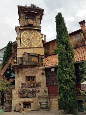 """Glockenturm am Gabriadze-Theater. Der """"schiefe Turm"""", wird von einem Eisenträger gestützt."""