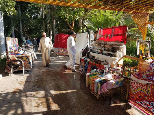 Auch auf dieser paradisischen Insel ist die Begegnung mit den Händlern unvermeidlich.
