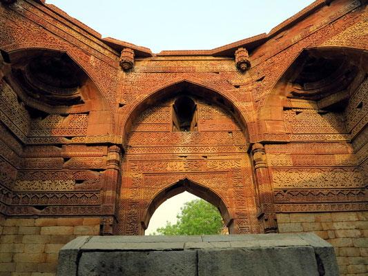 Hohe Wände  der Grabkammer mit Reliefs, Inschriften und Arabesken