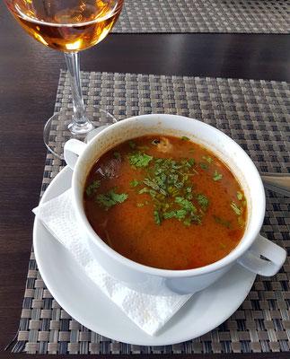 """In der Lunch-Bar des Hotels Kopala: Suppe """"Kharcho"""" mit Fleischeinlage und Gewürzen des Kaukasus, dazu ein """"Kisi"""", ein trockener georgischer Weißwein"""
