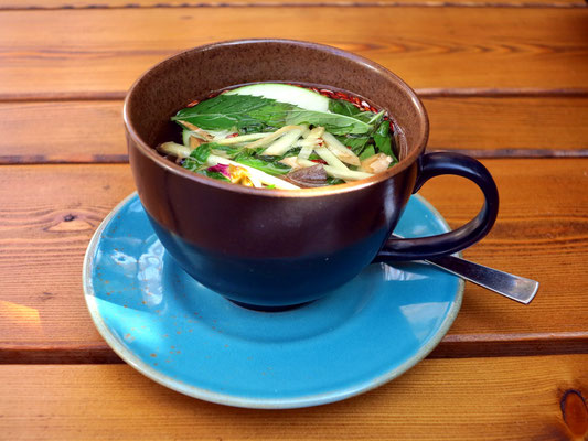 Im Vegan House: Vegan Tee (Zimt, Apfel, Minze, Reis, Ingwer und Rosenblüten)