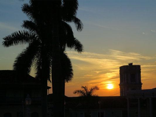 Trinidad, Plaza Mayor bei Sonnenuntergang