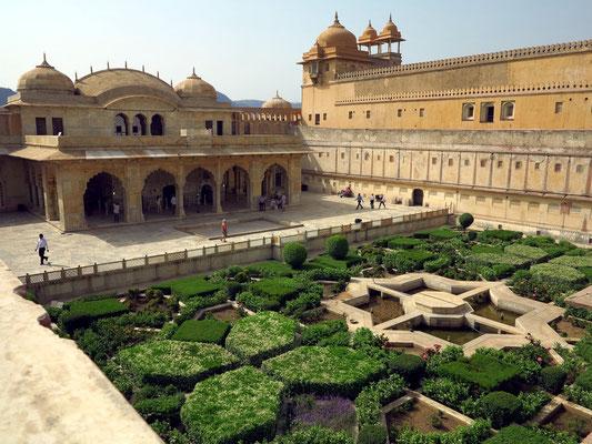 Garten im Innenhof des Amber-Forts mit Diwan-i Khas