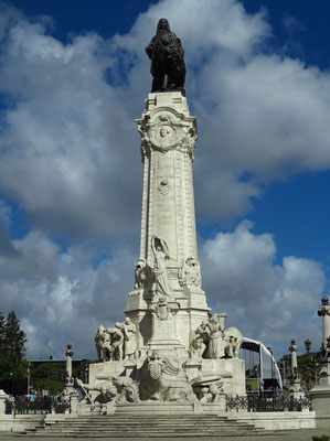1934 eingeweihte Statue des ersten Marquis von Pombal, Sebastião José de Carvalho e Melo, nach dem auch der Platz selbst benannt ist