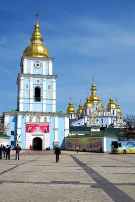 Kloster des heiligen Michael mit den goldenen Kuppeln, 1997-2000 wieder originalgetreu aufgebaut, nachdem es in der Stalinzeit wegen des geplanten Zwillingsbaus zum bestehenden neoklassizistischen Gebäude abgerissen worden war.