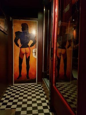 Blick in den Eingang einer Bar