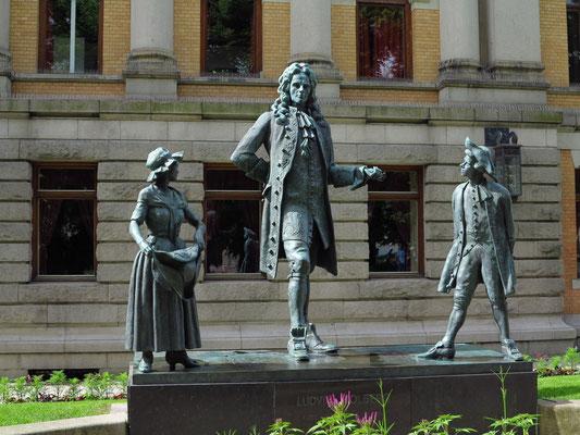 Skulpturengruppe neben dem Nationaltheater zu Ehren des dänisch-norwegischen Dichters Ludvig Holberg (1684-1754)