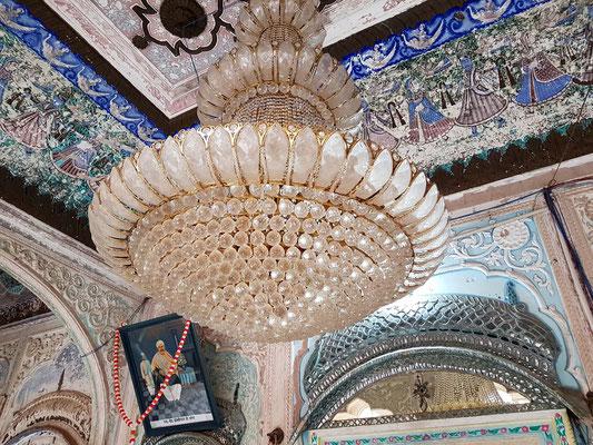Deckenbeleuchtung im Hindutempel