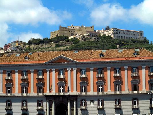 Auf der Piazza del Plebiscito mit Blick auf Ufficio Territoriale del Governo di Napoli und Castel Sant'Elmo