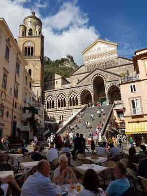 Blick auf die Stufen der Cattedrale di Sant'Andrea / Duomo di Amalfi