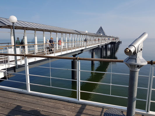 Heringsdorf. 508 m lange Seebrücke mit überdachten Bänken, Beleuchtung, italienischem Lokal und Panoramablick aufs Meer