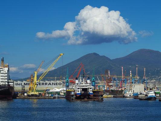Fahrt mit der Fähre aus dem Hafen von Napoli mit Blick auf den Vesuv