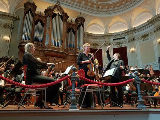 Applaus für das Noord Nederlands Orkest und Dirigent Antony Hermus