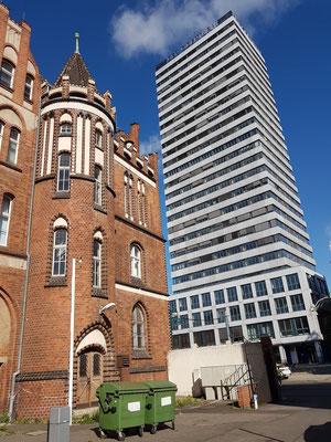 Gebäude der Alten Post (heute Postbank-Filiale, links) und knapp 89  Meter hoher Oderturm, erbaut 1968-1976 (Architekten Tulke und Teichmann)