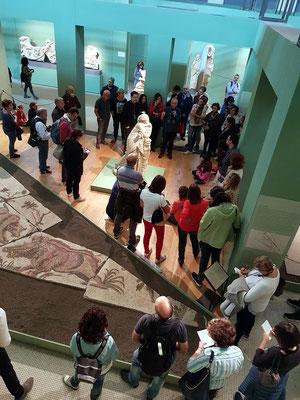 Besuchergruppe um die Statue der Muse Polymnia