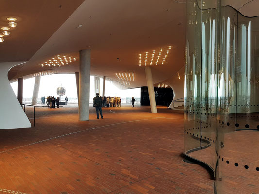 Zwischen Backsteinsockel und Glasaufbau befindet sich in 37 Metern Höhe ein öffentlich zugänglicher Platz, der als Zugangsebene für das Foyer der Konzertsäle, zum Hotel sowie zu den Eingängen der Wohnungen dient.