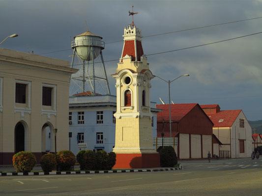 Santiago de Cuba, Hafenanlage mit altem Zollhaus (links)