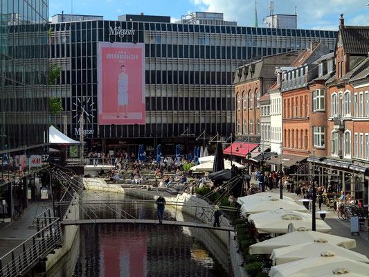 In der City von Aarhus, Blick von der St. Clemens-Brücke nach NW zum River View Point mit dem Magasin (Kaufhaus)