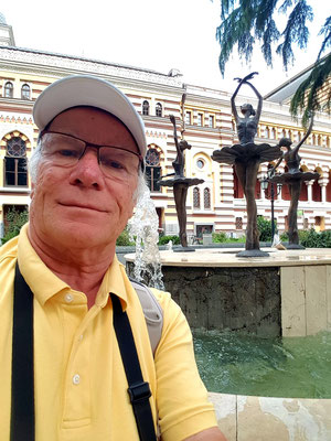 Am Ballettbrunnen des Opernhauses