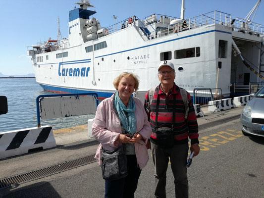Rosemarie und Frank im Fährterminal Calata Porta di Massa, dahinter die Fähre nach Procida