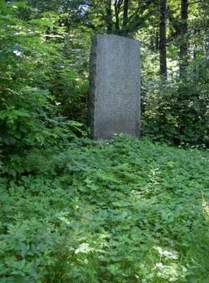 Das Kriegerdenkmal vor dem Friedhof