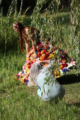 Fantasie & Wirklichkeit Fotografien und Gedichte Kathrin Steiger fotografiert eine Blumenelfe :-) Die Heilpraktikerin: Anne Hentschel