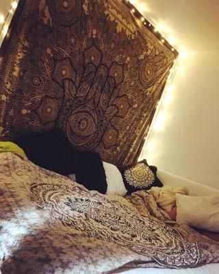 Edle Schlafzimmer Deko: Hamsa Wandtuch in Gold auf schwarz mit Lichterketten
