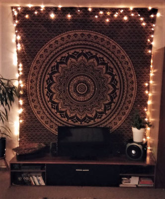 Schwarz goldenes Mandala Wanduch mit Lichterketten Umrahmung