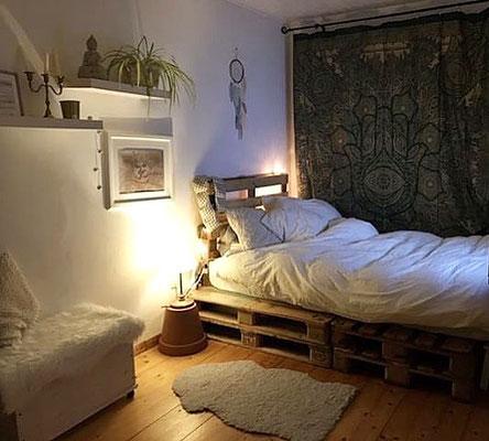 Blickfang im Schlafzimmer: Goldenes Hamsa Wandtuch