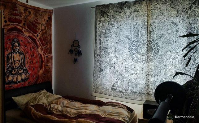 Hamsa Wandtuch vor dem Fenster und Buddha Wandtuch hinter dem Bett