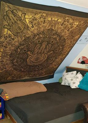 Deko Tipp: Gold Wandtücher unter Dachschrägen