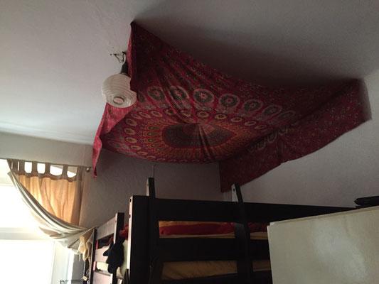 Rotes Mandala Tuch als Himmel über dem Bett