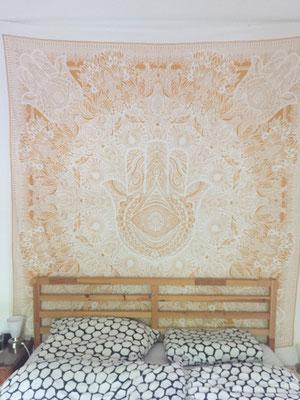 Deko Tipp für Schlafzimmer: Gold Wandbehang hinter dem Bett anbringen