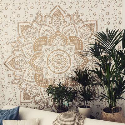 Wandtuch mit goldener Lotusblüte auf weißem Stoff