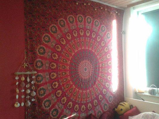Mandala Wandtuch in rot an roter Zimmerwand