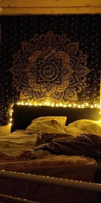 Warme Lichterketten bringen den goldenen Lotus zum erstrahlen