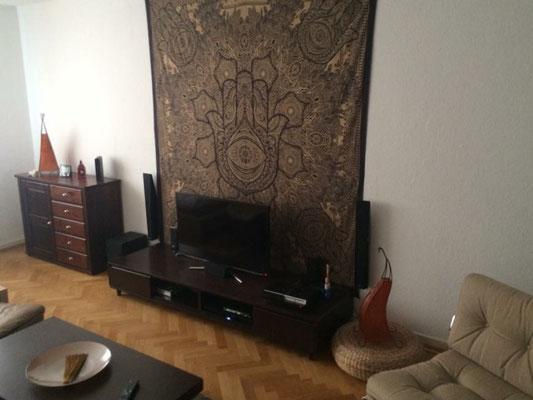 Hamsa Gold Wandbehang Zentral im Wohnzimmer