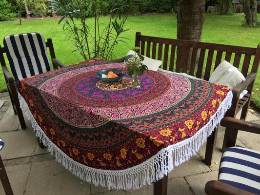 Mandala Roundies als praktische Tischdecke für große Tische