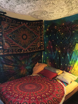 Vervollständigt den Wandtuch Palast: Der Mandala Roundie auf dem Bett