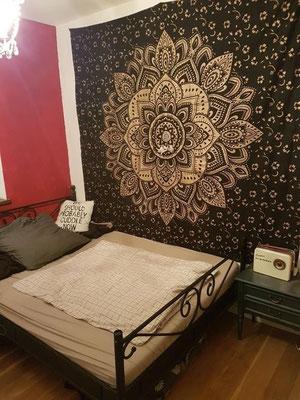 Blickfang im Schlafzimmer: Gold Wandtuch in schwarz