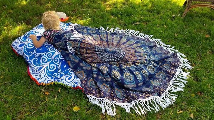 Mandala Tücher im Garten zum Spielen
