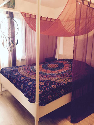 Himmelbett mit Mandala Überwurf in blau orange