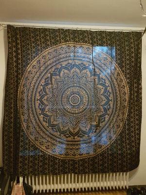 Als Vorhang ideal: Gold Wandtücher sind Blick- aber nicht Lichtdicht