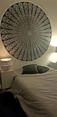 Rundes Wandtuch über dem Bett, die Arbeit hat sich gelohnt
